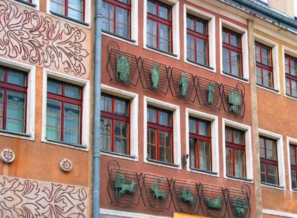 Obraz zawierający budynek, zewnętrzne Opis wygenerowany automatycznie