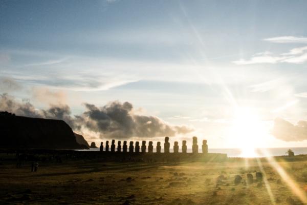 Wielkanoc, Moai i tajemnice